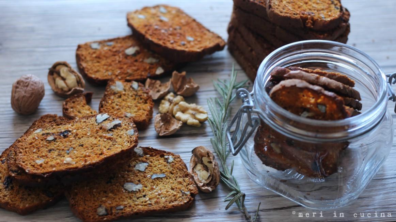 cracker integrali con semini noci e uvette