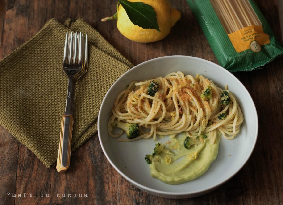 crema di broccoli e mollica all'acciuga per un piatto di spaghetti strepitoso